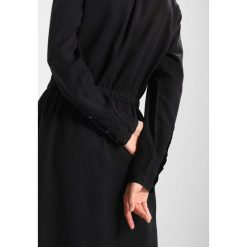 Calvin Klein Jeans DARCY DRESS  Sukienka koszulowa black beauty. Czarne sukienki Calvin Klein Jeans, xs, z jeansu, z koszulowym kołnierzykiem, koszulowe. W wyprzedaży za 359,20 zł.