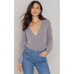 Swetry oversize damskie: NA-KD Trend Sweter z kopertowym dekoltem - Grey