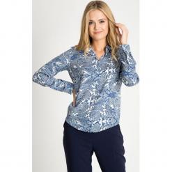 Koszula z niebieskim orientalnym wzorem QUIOSQUE. Niebieskie koszule wiązane damskie QUIOSQUE, paisley, z tkaniny, biznesowe, z klasycznym kołnierzykiem. W wyprzedaży za 59,99 zł.