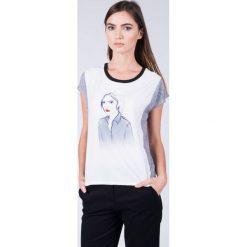 Bluzka ecru z kobietą QUIOSQUE. Szare bluzki z odkrytymi ramionami QUIOSQUE, z krótkim rękawem. W wyprzedaży za 29,99 zł.