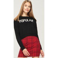 Krótki sweter z napisem - Czarny. Czarne swetry klasyczne damskie marki Sinsay, l. W wyprzedaży za 19,99 zł.