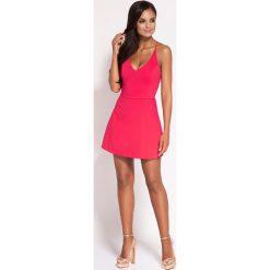 Malinowa Rozkloszowana Sukienka z Głębokim Dekoltem. Czerwone sukienki balowe marki Molly.pl, na wesele, l, z dekoltem na plecach, na ramiączkach, rozkloszowane. Za 268,90 zł.