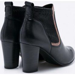 Caprice - Botki. Czarne buty zimowe damskie Caprice, z gumy, na obcasie. W wyprzedaży za 199,90 zł.