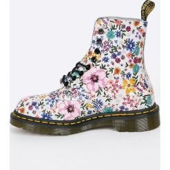 Dr Martens - Botki Pascal WL. Szare buty zimowe damskie Dr. Martens, z materiału, na obcasie, na sznurówki. W wyprzedaży za 599,90 zł.