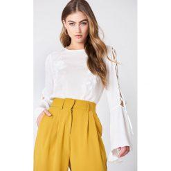 Bluzki asymetryczne: NA-KD Boho Haftowana bluzka z wiązanym rękawem - White