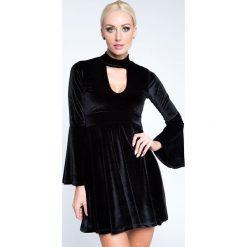 Sukienki hiszpanki: Sukienka sylwestrowa welurowa z chokerem czarna 6573