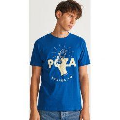 T-shirt z nadrukiem - Granatowy. Niebieskie t-shirty męskie z nadrukiem marki Reserved, l. W wyprzedaży za 29,99 zł.