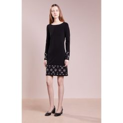 MICHAEL Michael Kors PEARL BORDER Sukienka z dżerseju black. Czarne sukienki z falbanami marki MICHAEL Michael Kors, xs, z dżerseju. W wyprzedaży za 472,05 zł.
