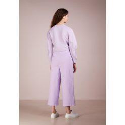 Tibi DYED DEMI Jeansy Dzwony lavender. Niebieskie jeansy damskie marki Tibi. W wyprzedaży za 784,50 zł.