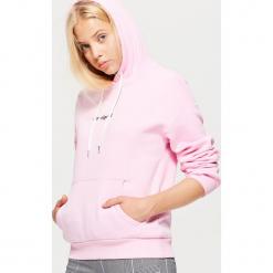 Bluza hoodie z napisem - Różowy. Czerwone bluzy damskie marki Cropp, l, z napisami. Za 69,99 zł.