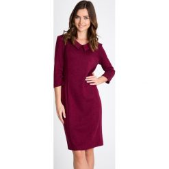 Bordowa sukienka z rękawem 3/4 QUIOSQUE. Czerwone sukienki balowe marki QUIOSQUE, do pracy, z dzianiny, dopasowane. W wyprzedaży za 139,99 zł.