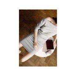 Wygodna Dzianinowa Sukienka do kolan szary melanż. Szare sukienki asymetryczne CADOaccessories, l, w geometryczne wzory, z bawełny, eleganckie, z asymetrycznym kołnierzem, midi. Za 369,00 zł.
