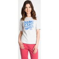 Bluzki damskie: Szara bluzka z niebieskim nadrukiem QUIOSQUE