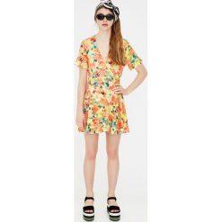 Sukienki hiszpanki: Sukienka w stylu pareo z tropikalnym wzorem