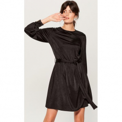 Aksamitna sukienka z paskiem - Czarny. Czerwone sukienki z falbanami marki Mohito, l, w koronkowe wzory. Za 149,99 zł.