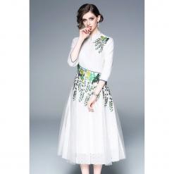 Sukienka w kolorze białym ze wzorem. Białe sukienki na komunię marki Zeraco, z dekoltem na plecach, midi. W wyprzedaży za 379,95 zł.