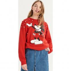 Bluza Mickey Mouse z aplikacją - Czerwony. Czerwone bluzy damskie marki Sinsay, l, z aplikacjami. Za 69,99 zł.