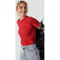 NA-KD Trend T-shirt basic Sinner - Red. Białe t-shirty damskie marki NA-KD Trend, z nadrukiem, z jersey, z okrągłym kołnierzem. Za 72,95 zł.