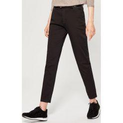 Spodnie Chino z paskiem - Czarny. Czerwone chinosy damskie marki Mohito, z bawełny. Za 89,99 zł.