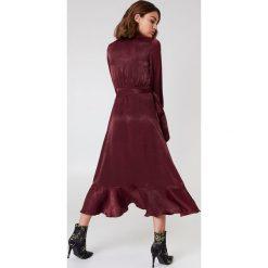 Sukienki: NA-KD Party Satynowa sukienka kopertowa z falbaną – Red
