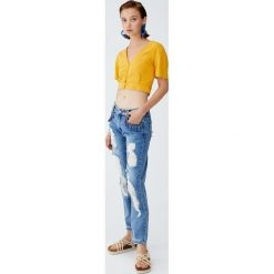 Jeansy cigarette fit z indiańskimi ozdobami. Niebieskie jeansy damskie relaxed fit Pull&Bear. Za 139,00 zł.
