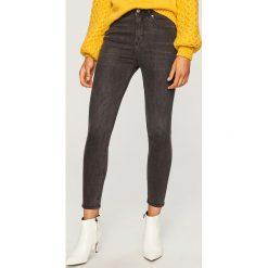 Jeansy z wysokim stanem - Szary. Szare spodnie z wysokim stanem Reserved, z jeansu. Za 89,99 zł.