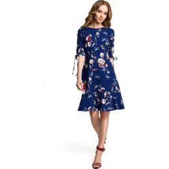 ALVERA Sukienka we wzór z falbankami - granatowa. Niebieskie sukienki balowe Moe, na imprezę, m, w kwiaty, z tkaniny, z falbankami, dopasowane. Za 159,90 zł.