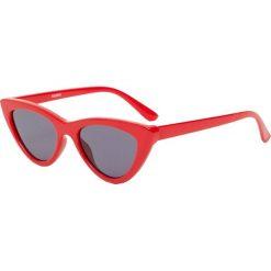 Okulary przeciwsłoneczne typu cat eye. Czerwone okulary przeciwsłoneczne damskie lenonki Pull&Bear. Za 49,90 zł.