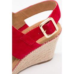 Gabor WIDE FIT Sandały na platformie rubin. Czerwone rzymianki damskie Gabor, z materiału, na koturnie. Za 499,00 zł.