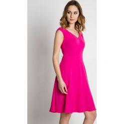 Rozkloszowana różowa sukienka do kolan BIALCON. Czerwone sukienki balowe marki BIALCON, na imprezę, ze skóry, z kopertowym dekoltem, z krótkim rękawem, midi, kopertowe. W wyprzedaży za 288,00 zł.