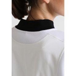 Under Armour MIXED MEDIA WOVEN Kurtka sportowa white. Białe kurtki sportowe damskie marki Under Armour, xl, z elastanu. W wyprzedaży za 404,25 zł.