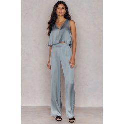 Spodnie z wysokim stanem: Hannalicious x NA-KD Błyszczące szerokie spodnie - Blue