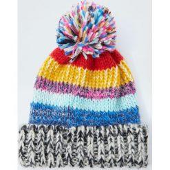 Kolorowa nakrapiana czapka z pomponem. Czerwone czapki damskie Pull&Bear, w kolorowe wzory. Za 49,90 zł.