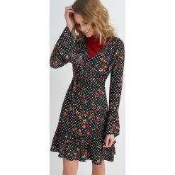Długie sukienki: Asymetryczna sukienka z rozkloszowanymi rękawami