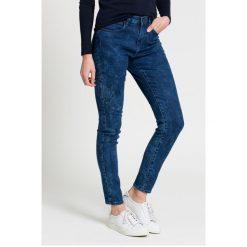Wrangler - Jeansy. Szare jeansy damskie rurki marki Wrangler, na co dzień, m, z nadrukiem, casualowe, z okrągłym kołnierzem, mini, proste. W wyprzedaży za 229,90 zł.
