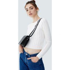 Czarna torebka na ramię z dwukolorowym paskiem. Czarne torebki klasyczne damskie marki Pull&Bear. Za 69,90 zł.