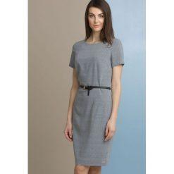 Sukienka z geometrycznym wzorem i paskiem. Szare sukienki hiszpanki Monnari, w geometryczne wzory, z bawełny, z krótkim rękawem, mini. Za 164,50 zł.