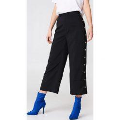 NA-KD Trend Spodnie z wysokim stanem i zatrzaskami - Black. Białe spodnie z wysokim stanem marki NA-KD Trend, z nadrukiem, z jersey, z okrągłym kołnierzem. Za 161,95 zł.