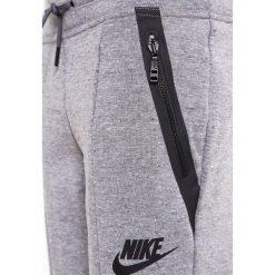 Nike Performance Spodnie treningowe carbon heather/dark grey. Szare spodnie chłopięce Nike Performance, z bawełny. W wyprzedaży za 209,30 zł.