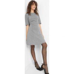 Rozkloszowana sukienka z fakturą. Szare sukienki marki Orsay, na co dzień, z dzianiny, z dekoltem na plecach, dopasowane. W wyprzedaży za 80,00 zł.