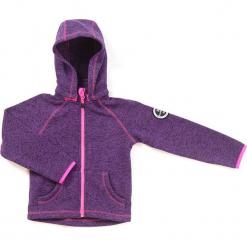 Kurtka polarowa w kolorze fioletowym. Fioletowe kurtki dziewczęce marki Jack Wolfskin, z hardshellu. W wyprzedaży za 107,95 zł.