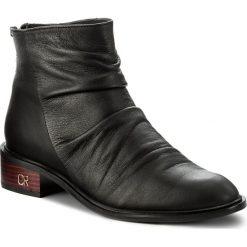 Botki CARINII - B4282 L23-000-POL-C58. Czarne buty zimowe damskie Carinii, ze skóry, na obcasie. W wyprzedaży za 239,00 zł.