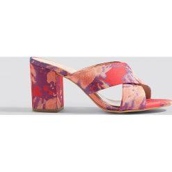 Gestuz Klapki mules Soffy - Red,Multicolor. Czerwone chodaki damskie Gestuz, w kolorowe wzory, z poliesteru, na wysokim obcasie, na obcasie. Za 647,95 zł.
