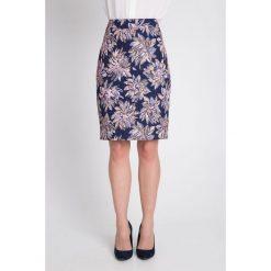 Granatowa spódnica w duże kwiaty QUIOSQUE. Szare spódniczki ołówkowe marki QUIOSQUE, na co dzień, s, w koronkowe wzory, z dzianiny, z klasycznym kołnierzykiem. W wyprzedaży za 59,99 zł.