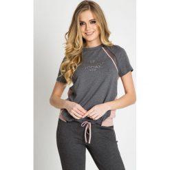 Szara sportowa bluzka z napisem QUIOSQUE. Szare bluzki sportowe damskie marki QUIOSQUE, z napisami, z dzianiny, z krótkim rękawem. W wyprzedaży za 59,99 zł.