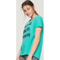 T-shirt z odwróconym napisem - Turkusowy. Niebieskie t-shirty damskie Sinsay, l, z napisami. W wyprzedaży za 14,99 zł.