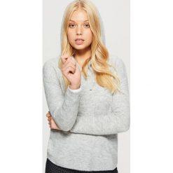 Sweter z kapturem - Jasny szary. Szare swetry klasyczne damskie Cropp, m, z kapturem. Za 69,99 zł.