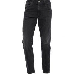 Wrangler GREENSBORO Jeansy Straight Leg black steam. Szare jeansy męskie marki Wrangler, l, z poliesteru, z kapturem. Za 379,00 zł.