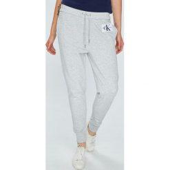 Calvin Klein Jeans - Spodnie. Szare boyfriendy damskie Calvin Klein Jeans, z podwyższonym stanem. Za 399,90 zł.