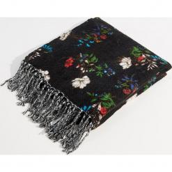 Szalik w kwiaty z frędzlami - Wielobarwn. Czerwone szaliki damskie marki Mohito, z bawełny. Za 69,99 zł.